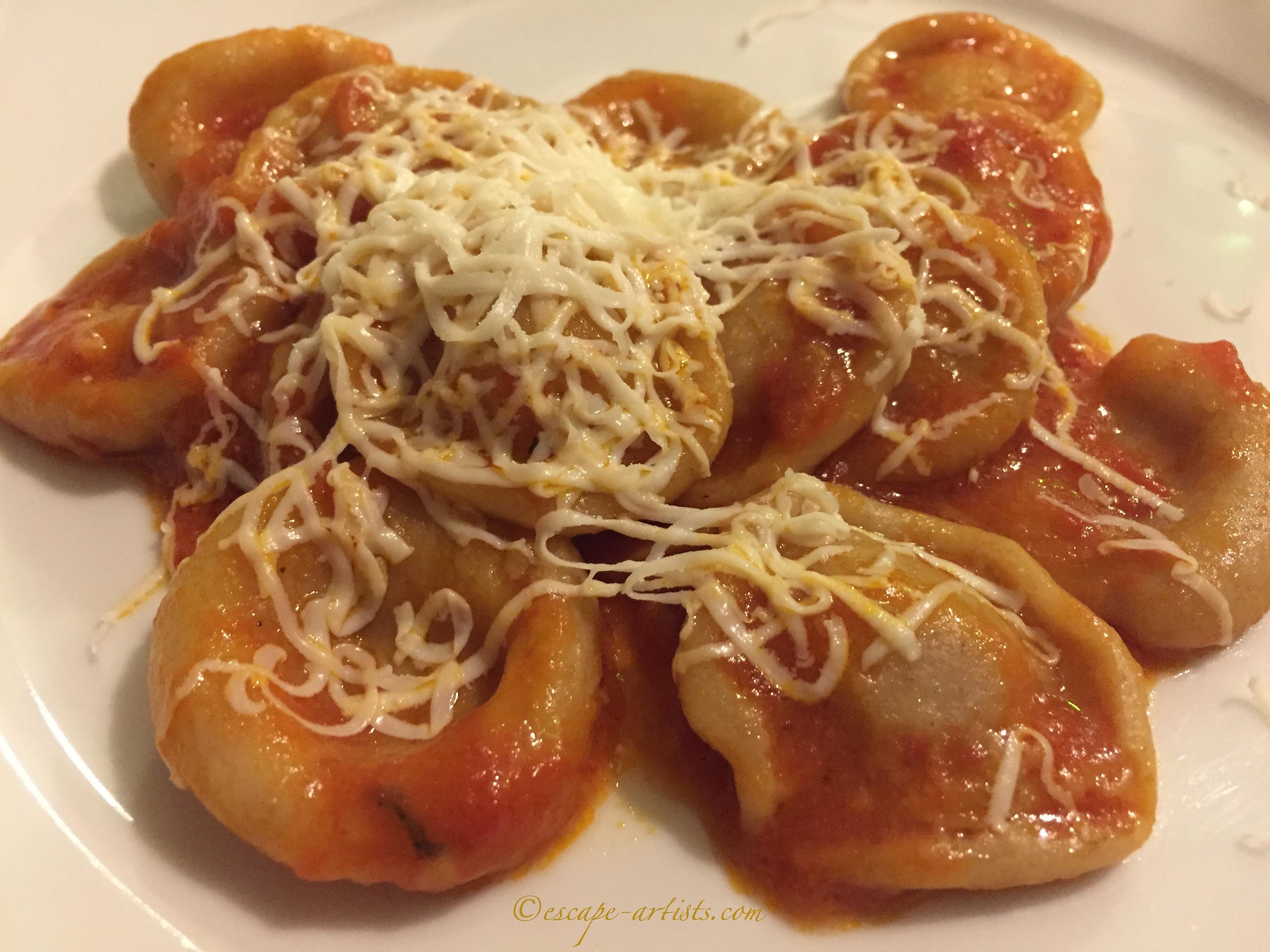 A gargantuan version with fresh tomato sauce and Caciocavallo